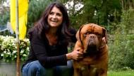 """Sie braucht die Ruhe und Abgeschiedenheit: Diana Müll in ihrem Garten mit der französischen Dogge """"Otto"""""""