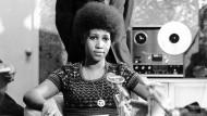 Aretha Franklin (hier 1973 bei einer Pressekonferenz in den Vereinigten Staaten) wurde am 25. März 1942 in Memphis geboren und wuchs in Detroit auf. Über ihren Vater kam sie schon früh zur Musik.
