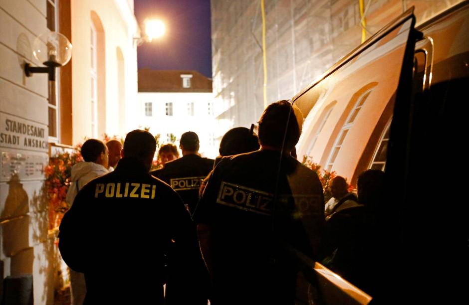 Polizisten sichern in der Nacht das Gelände