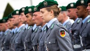 Soldaten in Uniform fahren künftig gratis