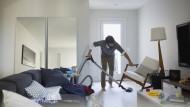 Wenn die Wohnung trotz Aufräumen nicht ordentlicher wird, stecken manchmal tieferliegende Gründe dahinter.
