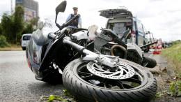 Gruppe von 15 Leuten greift Mann an – Biker in Lebensgefahr