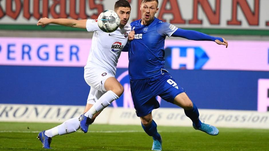 Obwohl sie mehr als eine Halbzeit in Überzahl spielten, reichte es für die Karlsruher nicht zum Sieg: Marvin Pourie (r.) im Zweikampf mit dem Auer Marko Mihojevic