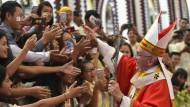Papst Franziskus wird von Gläubigen während einer Messe in der St. Mary's Kathedrale in Rangun begrüßt.