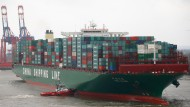 CSCL Globe legt in Hamburg an