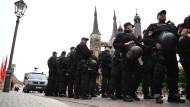 Präsenz zeigen: Polizisten stehen in Köthen vor der Kirche St. Jakob, in der die Friedensgebete stattfinden.