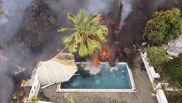Lava reißt Häuser mit sich