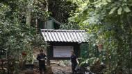 Ein Polizist bewacht den Eingang zur Tham-Luang-Höhle