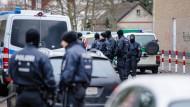 Polizisten durchsuchten im Rahmen einer großangelegten Anti-Terror-Razzia eine Moschee in Frankfurt Griesheim.