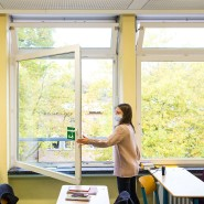 Fenster auf: In vielen Schulen trugen die Schüler am Montagmorgen Winterjacken. Manche wünschen sich deshalb Luftfilter.