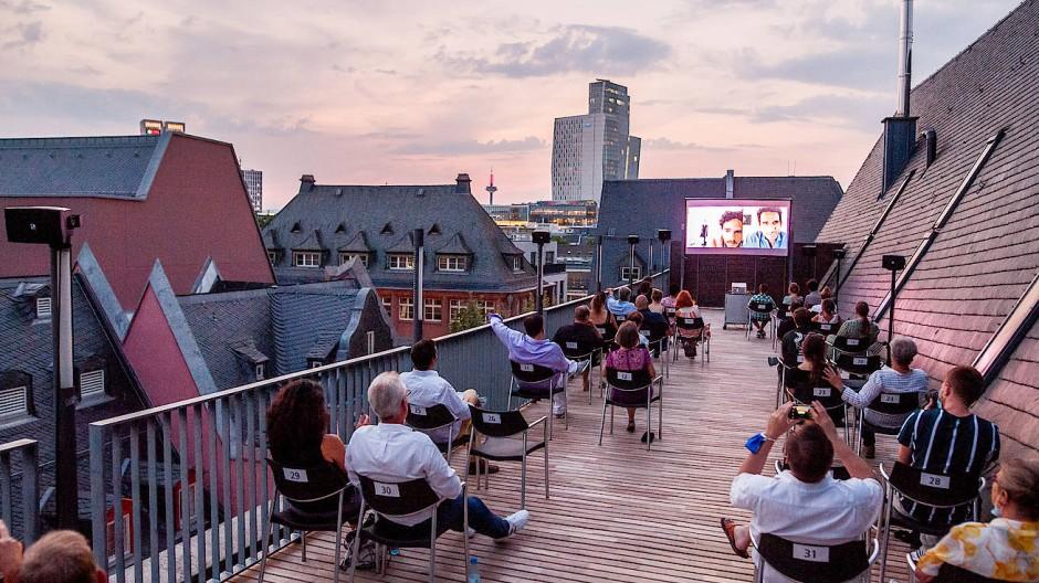 Auf der Dachterrasse des Haus am Dom in Frankfurt: Im Film kommunizieren die Protagonisten über Video-Chats, während der Premiere die Teilnehmer hinter Masken.