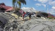 Infolge des Erdbebens in Sulawesi hat sich in der Ortschaft Petobo der Boden verflüssigt und teils Häuser, Bäume und  Autos verschluckt.