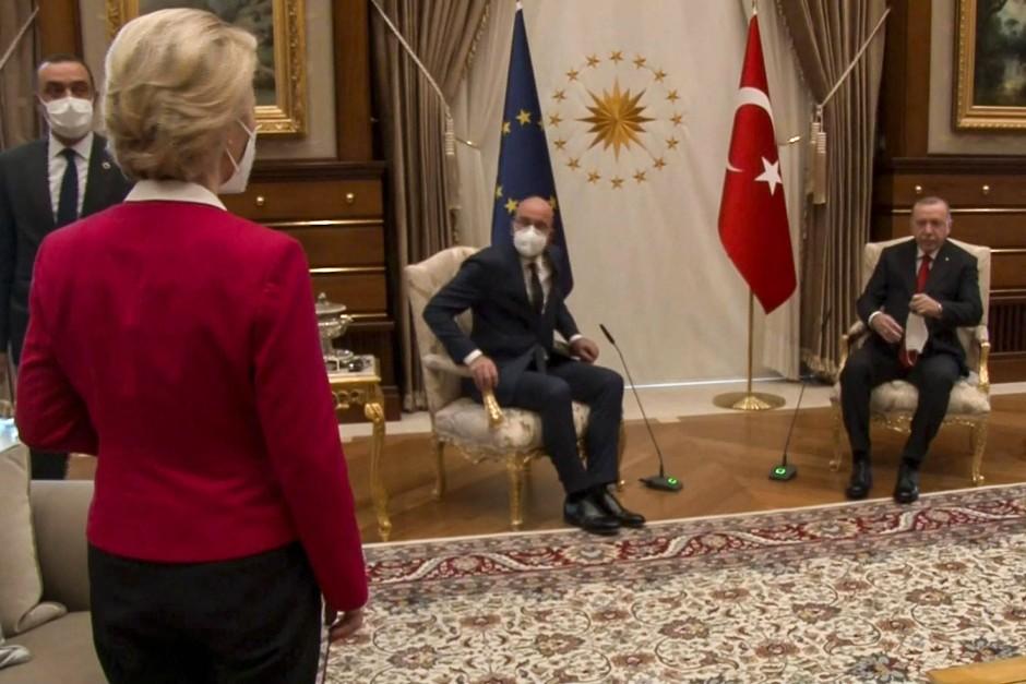 Stein des Anstoßes: EU-Ratspräsident Michel darf neben dem türkischen Präsidenten Erdogan sitzen, Kommissionspräsidentin von der Leyen nicht