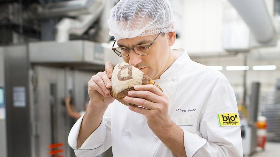 Bäcker Jochen Baier in der Backstube