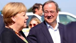 Kann Merkel Laschet helfen?