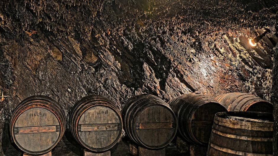 Weingut Weiler in Lorch: Eine Mitte des 19. Jahrhunderts entstandene Schiefergrube wird hier als Weinlager genutzt. Ins Herz dieses stimmungsvollen Felsenkellers führt eine Art Bergmannsstollen.