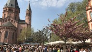 Gesellig: Das Marktfrühstück am Fuße des Mainzer Doms wollten die Bürger nicht missen.