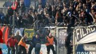 Schon mehrmals fielen Fans des FC Energie Cottbus (hier bei einem Platzsturm in Babelsberg) durch rechtsextreme Zwischenfälle auf.