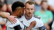 Der Puls stimmt: Serge Gnabry (l.) und Maximilian Arnold bejubeln das 2:0 gegen Tschechien.