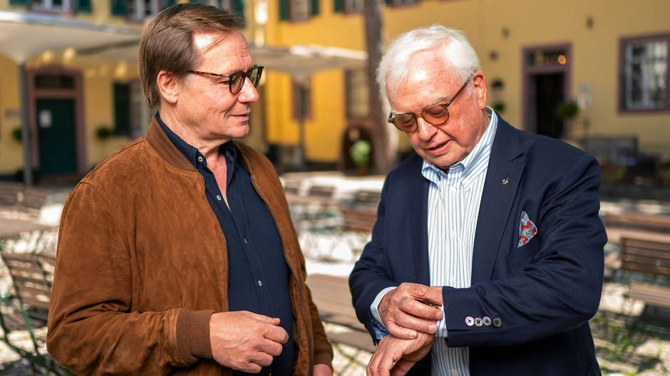 Chefs unter sich: Raimund Trenkler (links) und Michael Herrmann im Hof der Rezeptur in der Altstadt von Kronberg