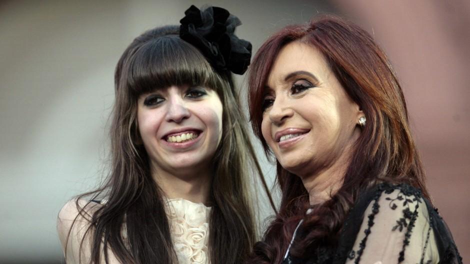 """Präsidentin Kirchner und ihre Tochter """"Flor K"""" bei ihrem abermaligen Amtsantritt"""