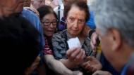 Griechische Rentner stehen im vergangenen Sommer an für Auszahlungen
