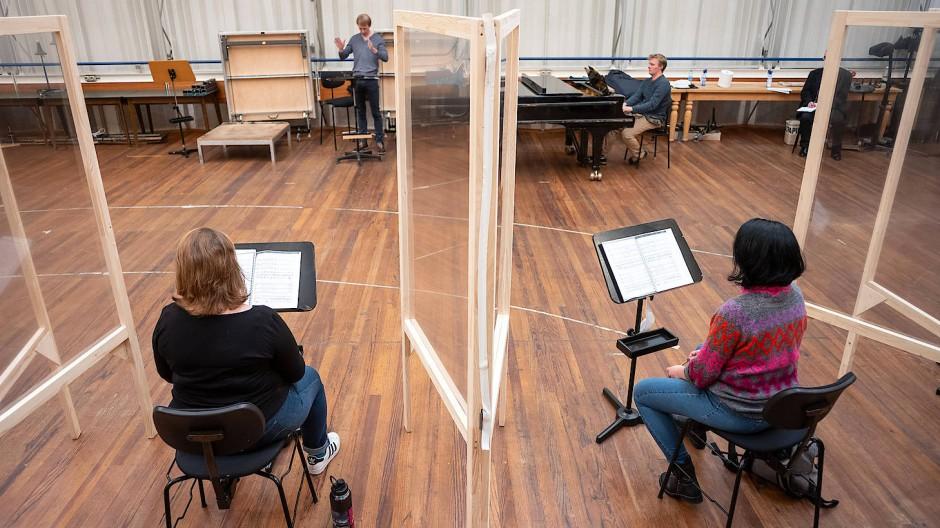Auf Abstand: Der Frankfurter Opernchor bereitet sich trotz Lockdown auf die Premiere vor.