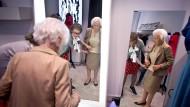 Ein Leben, in dem der Schneider noch eine feste Instanz ist, die dafür sorgt, dass man sich selbst keine großen Gedanken um den Auftritt machen muss: Giesecke im Atelier von Modedesignerin Christiane Wegner.