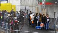 Flüchtlinge in Spielfeld an der Grenze zwischen Slowenien und Österreich