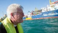 Heinrich Bedford-Strohm nimmt Kurs auf die Sea-Watch 3.