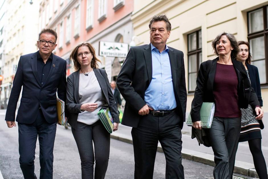 Auf Augenhöhe? Der Grünen-Vorsitzende Werner Kogler mit seinem Team am Freitag in Wien