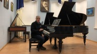 Klavierrestaurator Alexej Stawizki mit einem Diederichs-Flügel im Konzertsaal der Moskauer Rachmaninow-Gesellschaft