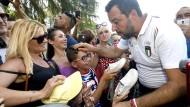 """Am Dienstag sprach Salvini in Bibbiano mit Betroffenen und versicherte, die """"verliehenen"""" Kinder würden allesamt zu ihren biologischen Eltern zurückkehren."""