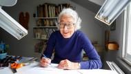 Judith Kerr im Juni 2018 - noch immer am Schreibtisch