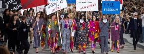 """Nach der Supermarkt-Schau vor einem halben Jahr musste sich Karl Lagerfeld für Chanel etwas einfallen lassen. Die Straßenszene führt die opulente Optik im Grand Palais weiter. Erst tragen die Mädchen eine Fülle an Entwürfen über den langen Laufsteg, dann marschieren sie den gleichen Weg als demonstrierende Frauenrechtlerinnen. """"Feministin, aber feminin"""": Mit solchen Slogans fängt man heute wirklich viele Frauen ein."""