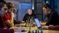 Pionier: Unternehmen wie Arago mit ihrem Chef Chris Boos (Mitte) sollen in Frankfurt in die Strategie für Künstliche Intelligenz eingebunden werden.