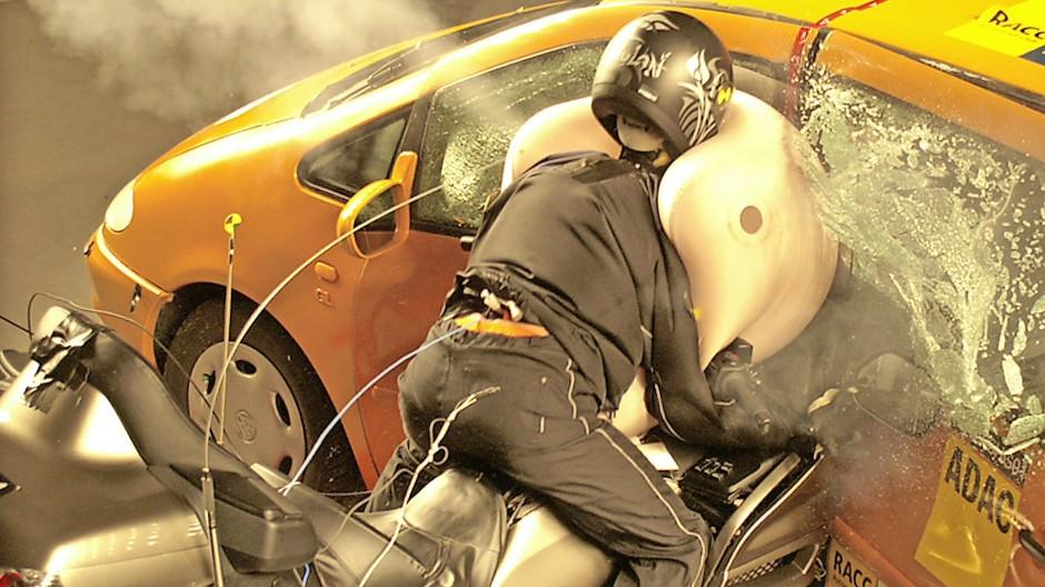 Schutz auch für den Motorradfahrer: Eine Honda Gold Wing, bis heute das einzige mit Airbag verfügbare Kraftrad, prallt in diesem Versuch des ADAC-Testzentrums München mit 70 km/h gegen einen VW Sharan. Was der Airbag hier beim  Motorrad-Dummy bewirkt, wird wissenschaftlich erforscht.