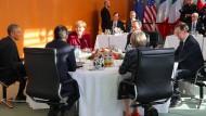 Sechsertreffen im Kanzleramt: Kanzlerin Merkel mit dem amerikanischen Präsidenten Obama, Frankreichs Präsident Hollande, Spaniens Ministerpräsidenten Rajoy, Großbritanniens Premierministerin May und dem italienischen Ministerpräsidenten Renzi (v.l.)