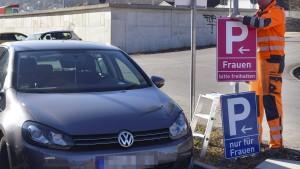 Frauenparkplatz-Schilder sind jetzt pink statt blau