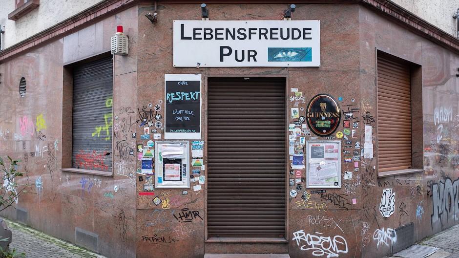 Spaßbremse: Für Kneipen wie diese in Frankfurt-Bornheim gibt es weiterhin keinen Öffnungstermin.