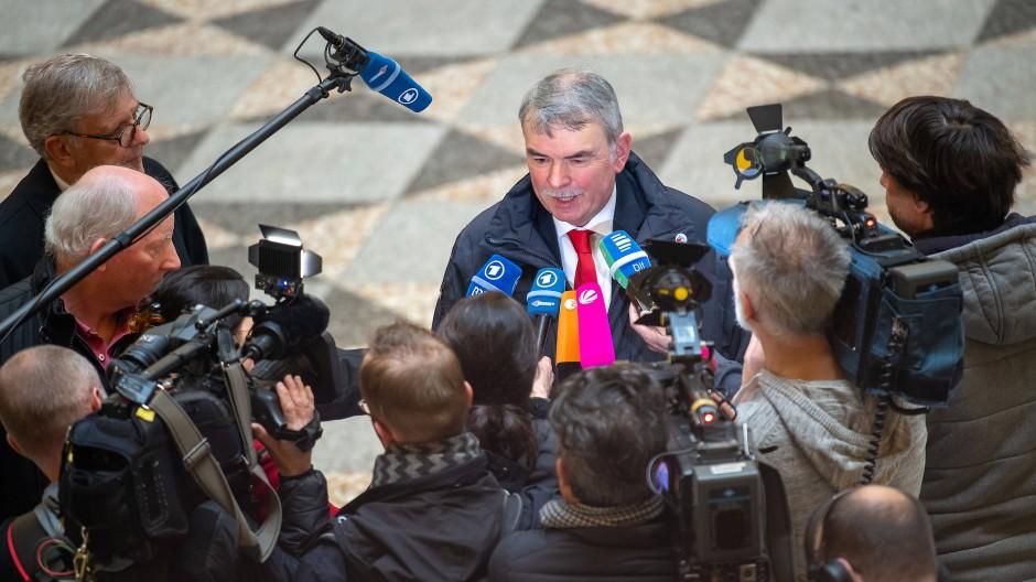 Überraschend zufrieden mit der Justiz: Gustl Mollath spricht am Mittwoch vor Prozessbeginn mit den anwesenden Journalisten.