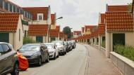 Wohnen im Schwemmland: Die Siedlung mit den schlammfarbenen Häusern am Frankfurter Stadtrand gibt es seit hundert Jahren.