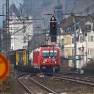 Ein Güterzug fährt unmittelbar an den Häusern der Altstadt von Kaub vorbei.