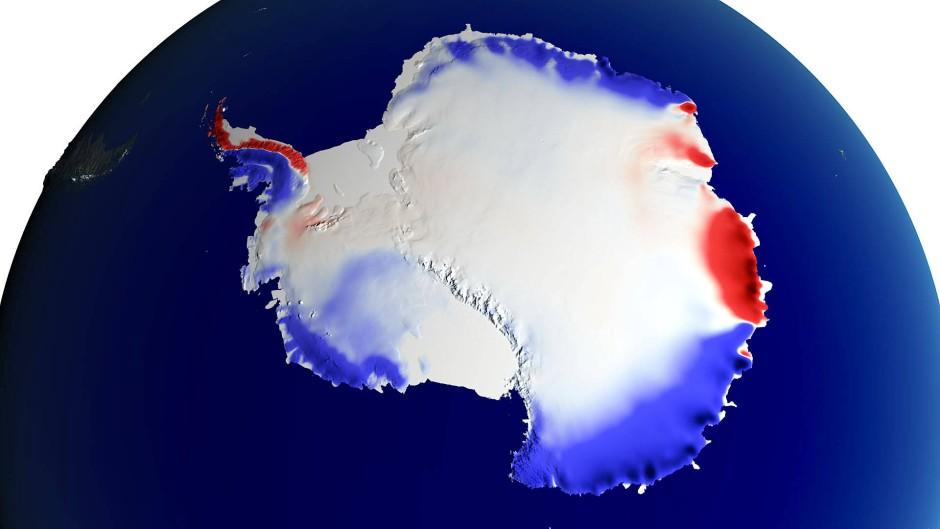 Schneefall und Eisverluste: Rot markiert die Gebiete der Antarktis, die zwischen 1900 und 2000 gefrorenes Wasser verloren haben, blau marktiert die Flächen mit (unterschiedlich starken) Schneezuwächsen.