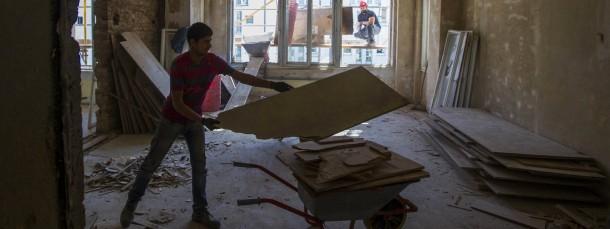 Luxussanierung: Handwerker richten eine Berliner Altbauwohnung für wohlhabende Eigentümer her