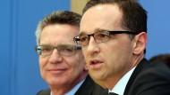 Gibt es Freiheit ohne Sicherheit? Sicherheit ohne Freiheit? Die für die Vorratsdatenspeicherung zuständigen Minister Thomas de Maizière (CDU) und Heiko Maas (SPD) in Berlin.