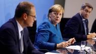 Bundeskanzlerin Angela Merkel (Mitte), Bayerns Ministerpräsident Markus Söder (rechts) und Berlins Regierender Bürgermeister Michael Müller (links)