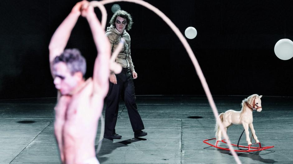 Ein Königreich für ein Schaukelpferd?  Kristof Van Boven als Heinrich  und Lina Beckmann als Richard in Salzburg.