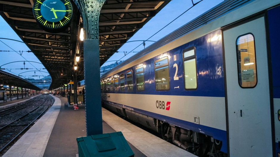 Klimaschutz-Romantik: Nachtzüge, dieser hielt 2006 in der Stadt der Liebe, sind nicht wirtschaftlich – aber grün.