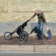 Große Schritte, kleine Hüpfer: Vater und Sohn üben den gemeinsamen Spaziergang.